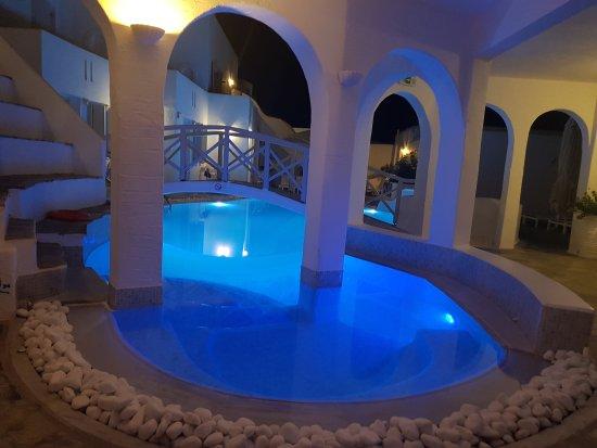 Kanale's Rooms & Suites: 20170925_220344_large.jpg