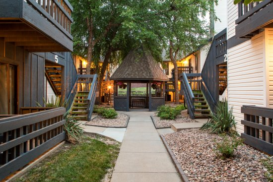 Cloverleaf Suites Lincoln Nebraska: Garden lined walkways and onsite gazebo