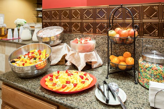 Cloverleaf Suites Lincoln Nebraska: Hot Complimentary Breakfast served buffet style daily