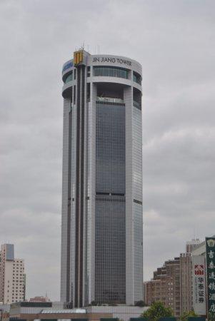 Jin Jiang Tower Hotel: Vista del exterior del hotel.