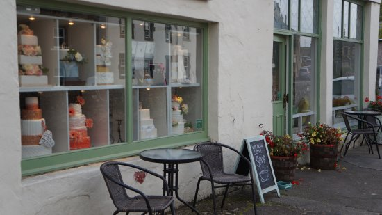 Auchtermuchty, UK: Outside seating