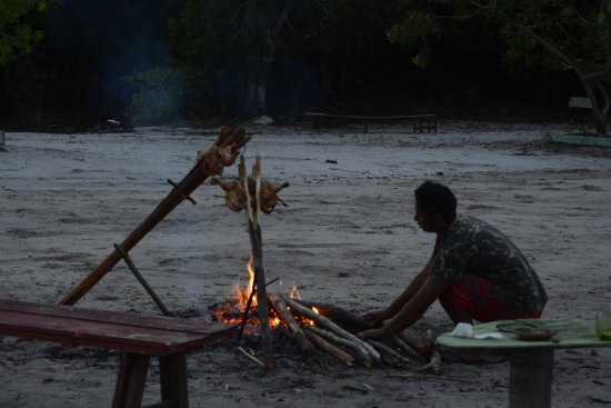 Malocas Jungle Lodge: Sosa, preparando-nos frango para jantar