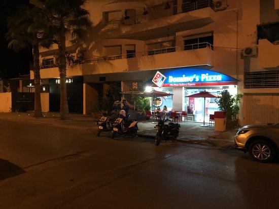 Rabat-Sale-Zemmour-Zaer Region, Morocco: Von einer ruhigen Seitenstrasse in Agdal schwärmen die Roller des Lieferservices aus.