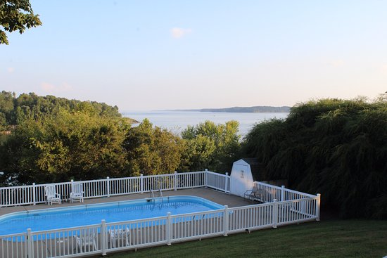 Eddyville, KY: The view of the pool and Barkley Lake from the second story porch.