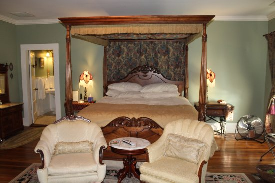Eddyville, KY: The most comfortable bed I have ever slept in. Rose Room Suite at Maple Hill B&B.