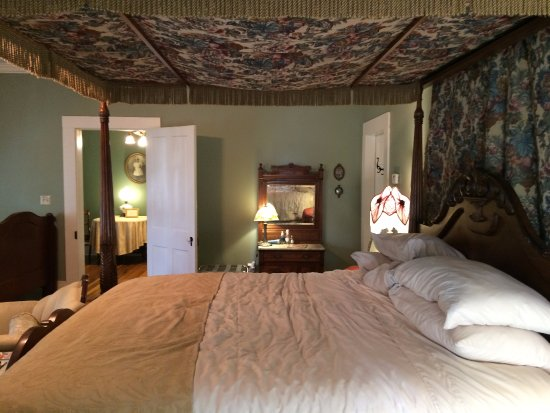 Eddyville, KY: Rose Room Suite at Maple Hill B&B.
