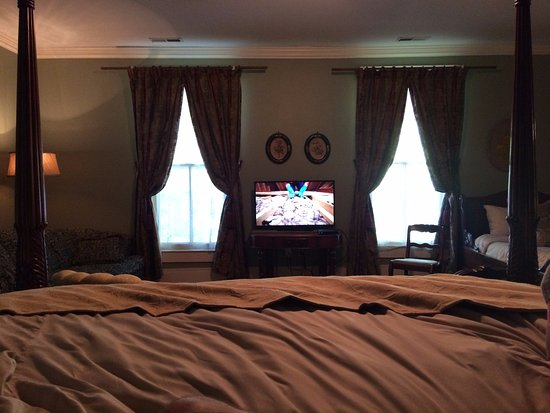 Eddyville, KY: With the beautiful bed, comfy sheets, and awesome mattress, you won't want to leave.