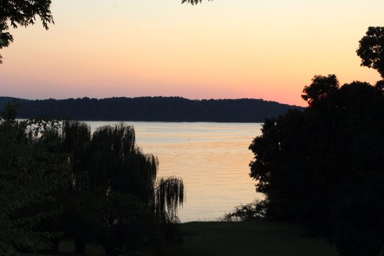 Eddyville, KY: The view of Barkely Lake from your own private porch with the Rose Room Suite.