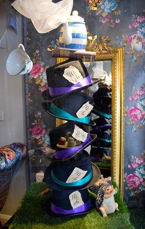 Mad Hatters Tearoom & Bakery: window decoration
