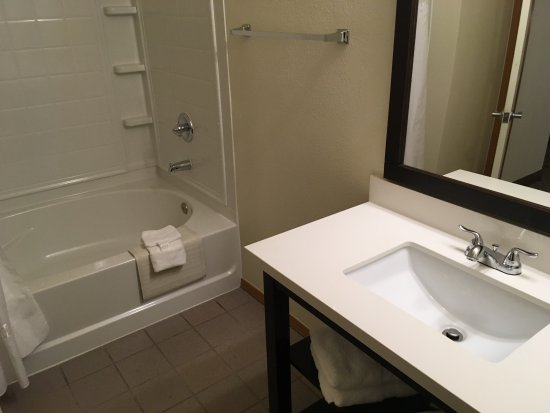 Sunrise Inn Villas And Suites: Large bath for two