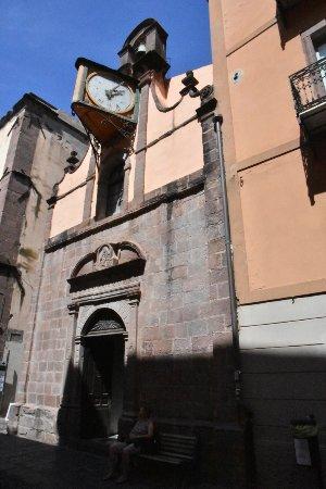 Bosa, Italia: Fassade mit Uhr