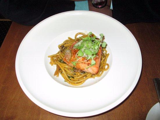 Brooklin, Kanada: Salmon on a bed of Pasta