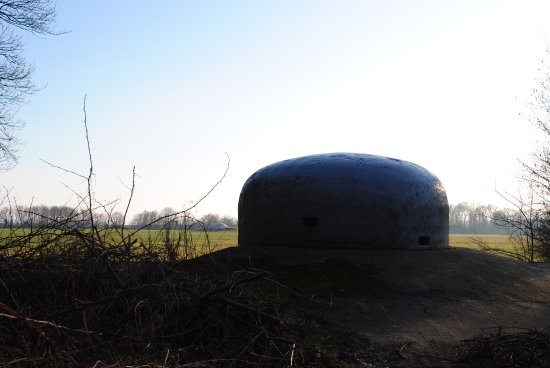 Eben-Emael, Bélgica: Observation dome and cupola 120mm on the superstructure of the fort