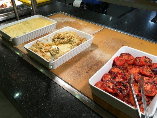 Marinas de Nerja Aparthotel: unschöne Präsentation des Essens am Buffet (siehe auch ausführliche Bewertung)