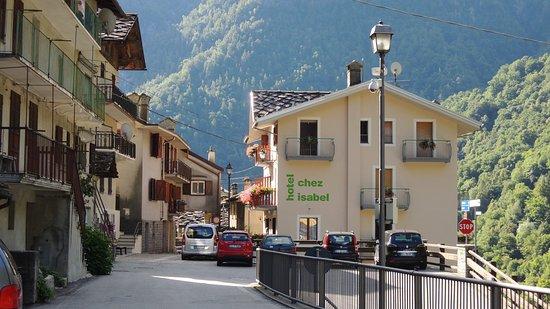 Albergo Ristorante Chez Isabel: Vista dell'hotel dal Parcheggio.