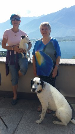 Trezzone, Italie : Danielle and her mom with the dogs