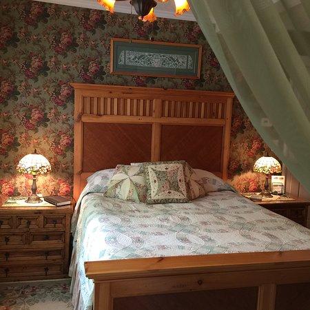 Red Door Inn of Canandaigua B & B: Field room