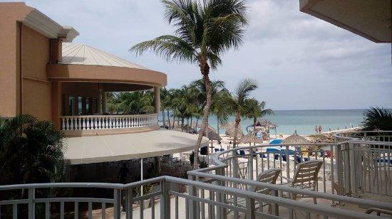 Divi Aruba Phoenix Beach Resort: Vista a piscina, bar e mar