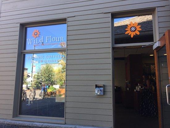 Wild Flour- Banff's Artisan Bakery Cafe: Exterior del lugar