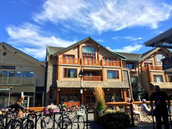 Wild Flour- Banff's Artisan Bakery Cafe: Vista hacia la calle