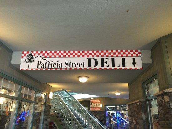 Patricia Street Deli: Letrero en la entrada del lugar en donde está