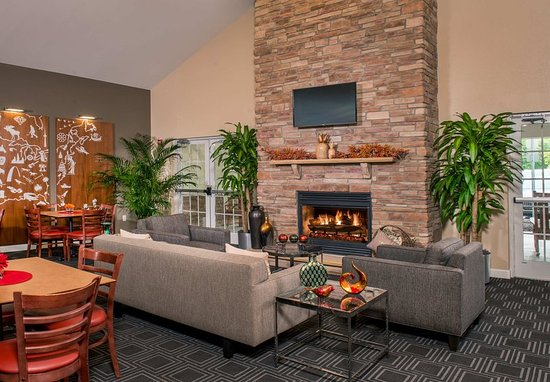 Clinton, MD: Lounge - Fireplace