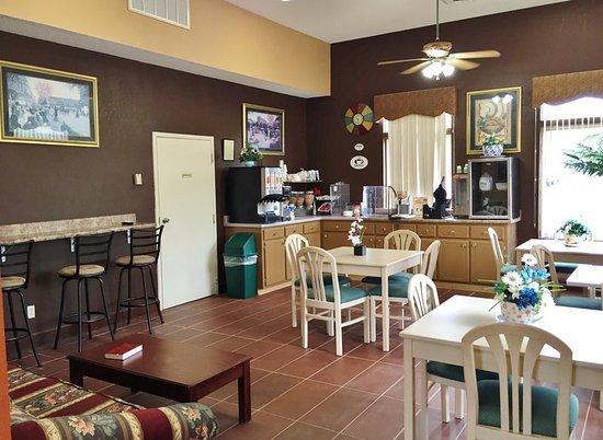 Selmer, TN: Breakfast Area