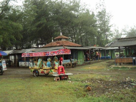 Cilacap, Indonesia: Kereta 'odhong-odhong' melayani pengunjung di Pantai Cemara Sewu