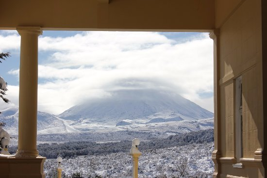 Chateau Tongariro Hotel: View from the lobby/tearoom