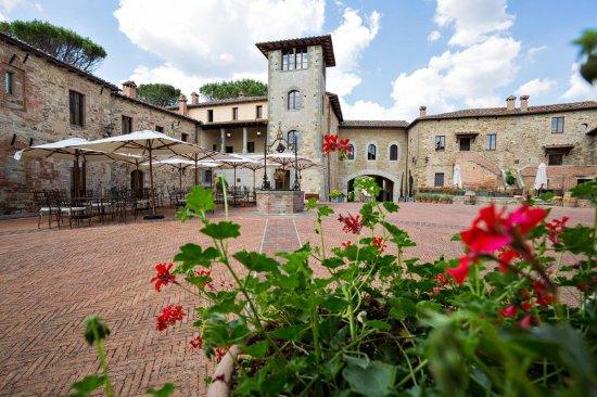 Castel Monastero: The Piazza