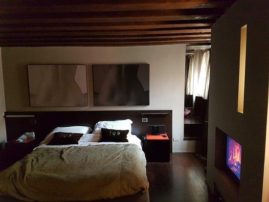 Camera da letto suite Q1 - Picture of Charming House IQs, Venice ...