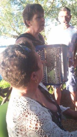 Saint Saturnin sur Loire, France : Bercer par l'accordéon