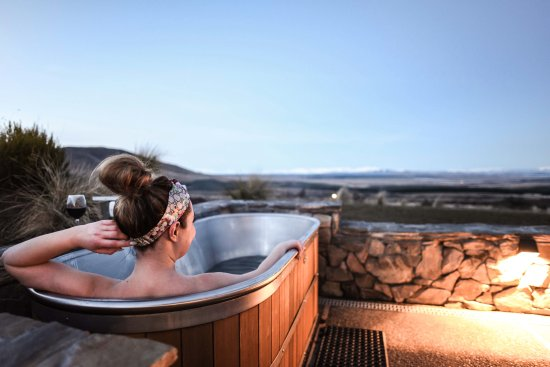 Twizel, นิวซีแลนด์: Relax in the cedar bath and soak in the views of the Mackenzie Country