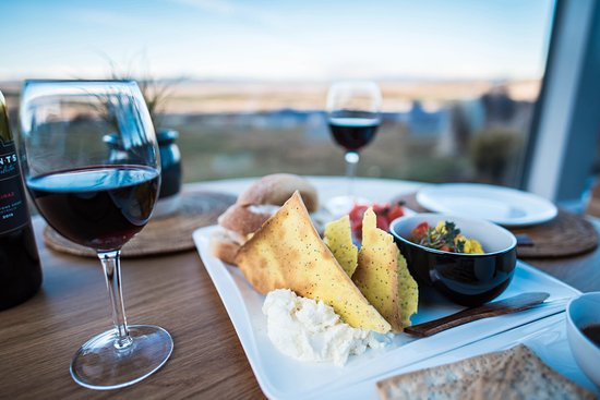 Twizel, นิวซีแลนด์: Enjoy a fine New Zealand red wine with our evening platter for two people.