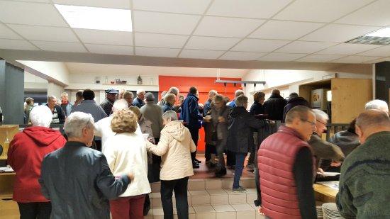 Alleyras, France: attente interminable surtout il y a que des personnes agées et parfois invalides