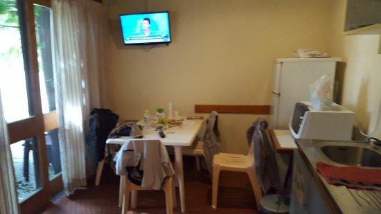 Alleyras, France: Pour regarder la télé pas de fauteuils juste chaises plastiques