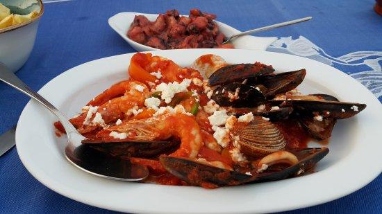 Gorgona: Морепродукты в соусе саганаки (блюдо острое)