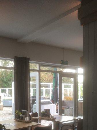 Nootdorp, Países Bajos: Interieur met blik op het terras