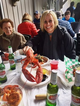 Bald Head Island, Carolina del Norte: A happy customer enjoying a 1.5lb lobster at one of the Market's Side Porch Oyster Roasts!