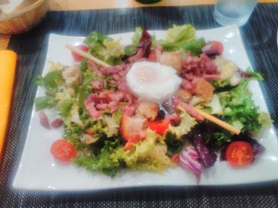 Viriat, ฝรั่งเศส: salade milanaise : salade mélangée, tomates, lardons, œuf mollet, croûtons maison, super bon !