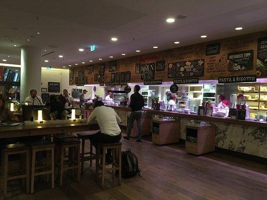 Open Keuken Bar : De open keuken met gedeelte van het restaurant waar je aan hogere