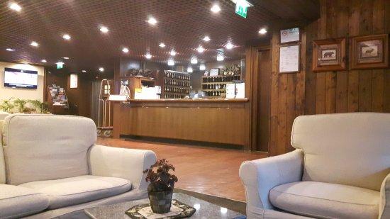 Hotel Les Jumeaux Courmayeur: La hall dell'albergo