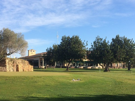 Sant Jordi, Испания: Salida hoyo 1. Está situada a escasos metros del restaurante y su amplia terraza.