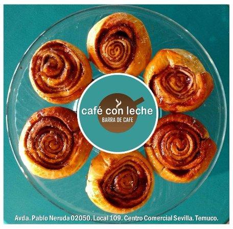 Siempre rollitos de canela, una de las especialidades de Cafe con Leche