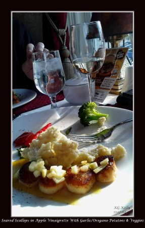 Dundee Arms Inn Restaurant and Pub: Seared Scallops w/garlic, oregano mashed potatos & vegetables.