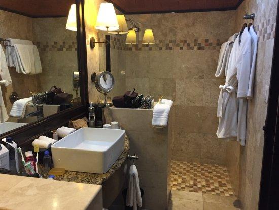 Camino Real Antigua: Baño con muy buena ducha y luz natural