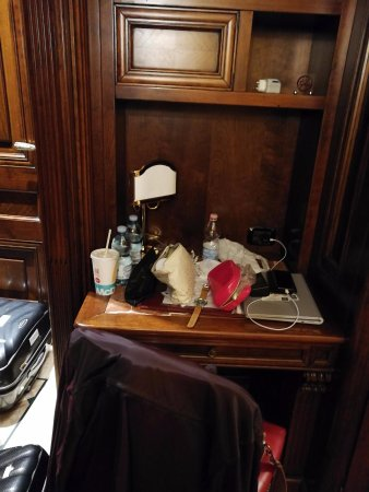 La Palazzina Veneziana: In order to open our luggage, we had to put it near the door, SMALL room