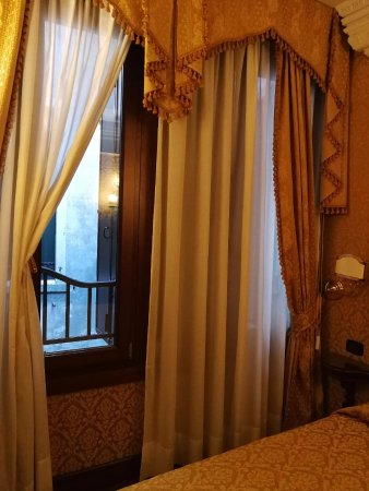 La Palazzina Veneziana: We decided to open this window for airflow otherwise it is VERY STUFFY.U can't breathe well insi