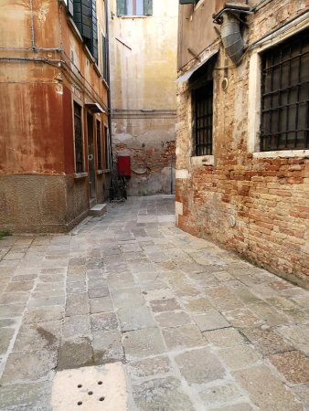 La Palazzina Veneziana: Alleyway to our room