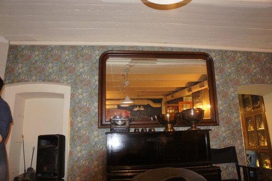 Delicatessen: Пианино в зале